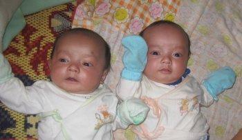 De tweeling 3 maanden oud